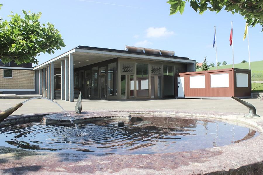 Pausenplatz mit Brunnen